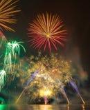 Fogos-de-artifício brilhantemente coloridos disparados sobre o mar Imagem de Stock Royalty Free