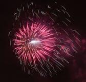 Fogos-de-artifício brilhantemente coloridos e saudação de várias cores no foto de stock