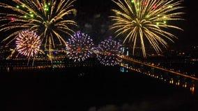 Fogos de artifício brilhantes em honra do festival acima do rio filme