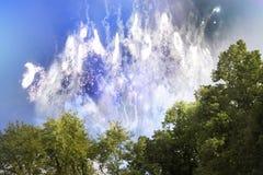 Fogos-de-artifício brilhantes no dia imagens de stock
