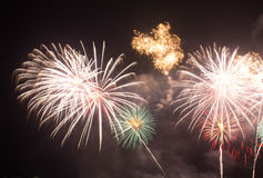 Fogos-de-artifício brilhantes vermelhos e roxos abstratos do borrão da explosão da luz Imagens de Stock