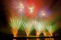 Fogos-de-artifício coloridos bonitos em Zagreb, Croácia, na noite Fotografia de Stock Royalty Free