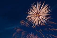 Fogos-de-artifício coloridos bonitos no céu Fotografia de Stock Royalty Free