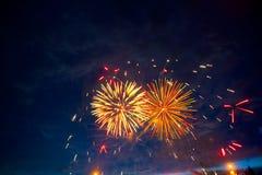Fogos-de-artifício coloridos bonitos no céu Fogos-de-artifício internacionais Os fogos-de-artifício indicam no fundo escuro do cé Fotografia de Stock Royalty Free