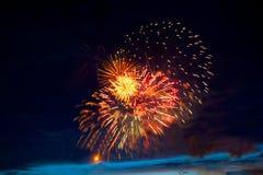 Fogos-de-artifício coloridos bonitos no céu Fogos-de-artifício internacionais Os fogos-de-artifício indicam no fundo escuro do cé Imagem de Stock