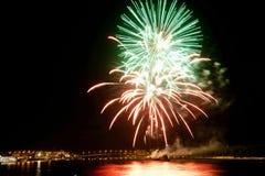 Fogos-de-artifício coloridos bonitos no céu nocturno. Foto de Stock