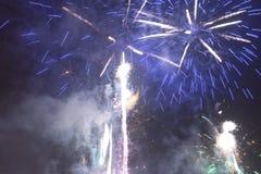 Fogos-de-artifício coloridos brilhantes na véspera de anos novos em Ostrava, república checa contra o céu nebuloso Foto de Stock Royalty Free
