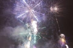 Fogos-de-artifício coloridos brilhantes na véspera de anos novos em Ostrava, república checa contra o céu nebuloso Fotos de Stock Royalty Free