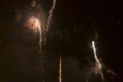 Fogos-de-artifício coloridos brilhantes na véspera de anos novos em Ostrava, república checa contra o céu nebuloso Imagens de Stock