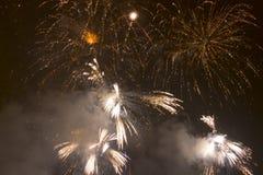 Fogos-de-artifício coloridos brilhantes na véspera de anos novos em Ostrava, república checa contra o céu nebuloso Imagem de Stock Royalty Free