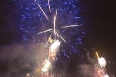 Fogos-de-artifício coloridos brilhantes na véspera de anos novos em Ostrava, república checa contra o céu nebuloso Fotografia de Stock Royalty Free