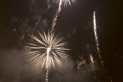 Fogos-de-artifício coloridos brilhantes na véspera de anos novos em Ostrava, república checa contra o céu nebuloso Imagem de Stock