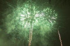 Fogos-de-artifício coloridos brilhantes na véspera de anos novos em Ostrava, república checa contra o céu nebuloso Fotos de Stock