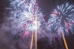 Fogos-de-artifício coloridos brilhantes na véspera de anos novos em Ostrava, república checa contra o céu nebuloso Imagens de Stock Royalty Free
