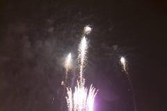 Fogos-de-artifício coloridos brilhantes na véspera de anos novos em Ostrava, república checa contra o céu nebuloso Fotografia de Stock