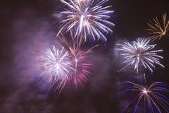 Fogos-de-artifício coloridos brilhantes na véspera de anos novos em Ostrava, república checa contra o céu nebuloso Foto de Stock