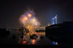 Fogos-de-artifício coloridos com reflexão Foto de Stock Royalty Free
