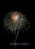 Fogos-de-artifício coloridos com reflexão no lago Imagens de Stock Royalty Free