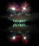Fogos-de-artifício coloridos com reflexão no lago Fotografia de Stock Royalty Free
