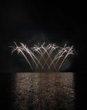 Fogos-de-artifício coloridos com reflexão no lago Imagem de Stock Royalty Free