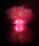 Fogos-de-artifício coloridos com reflexão no lago Imagens de Stock