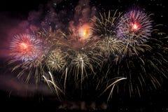 Fogos-de-artifício coloridos de várias cores sobre o céu noturno Fotografia de Stock Royalty Free