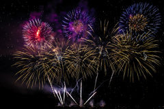 Fogos-de-artifício coloridos de várias cores sobre o céu noturno Imagens de Stock Royalty Free