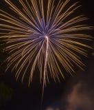 Fogos-de-artifício coloridos do ano novo feliz 2016 no céu noturno Imagens de Stock