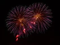 Fogos-de-artifício coloridos isolados no fim escuro do fundo acima com o lugar para o texto, festival dos fogos-de-artifício de M Fotografia de Stock