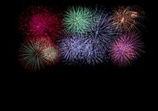 Fogos-de-artifício coloridos no céu escuro Imagem de Stock