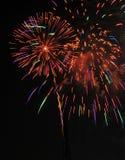 Fogos-de-artifício coloridos no céu noturno imagem de stock royalty free