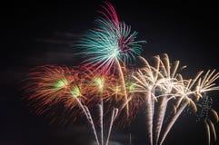 Fogos-de-artifício coloridos no céu noturno Imagem de Stock