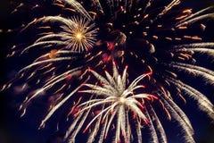 Fogos-de-artifício coloridos no céu noturno Explosões da pirotecnia no festival Fotos de Stock