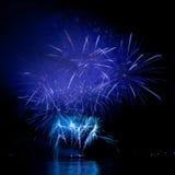 Fogos-de-artifício coloridos no céu preto Imagem de Stock