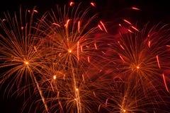 Fogos-de-artifício coloridos no céu preto Imagens de Stock