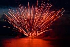 Fogos-de-artifício coloridos no céu preto Fotografia de Stock