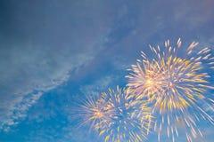 Fogos-de-artifício coloridos no fundo preto do céu Fotografia de Stock