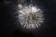 Fogos-de-artifício coloridos no 4o julho foto de stock