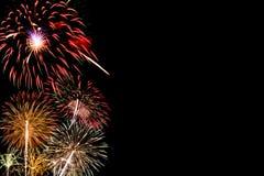 Fogos-de-artifício coloridos para a celebração no fundo escuro foto de stock