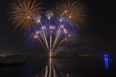 Fogos-de-artifício coloridos que explodem sobre um céu noturno escuro imagem de stock royalty free
