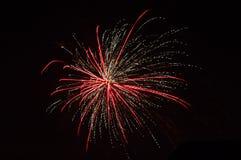 Fogos de artifício coloridos sobre o céu escuro, indicado durante um ano novo da celebração fotos de stock