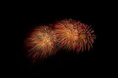 Fogos-de-artifício coloridos sobre o céu escuro, indicado durante um evento da celebração Imagem de Stock