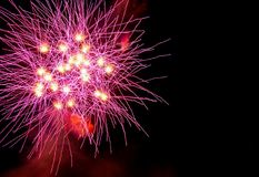 Fogos-de-artifício coloridos sobre o céu noturno imagens de stock royalty free