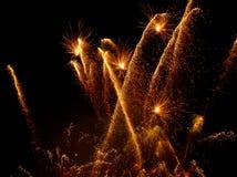 Fogos-de-artifício coloridos sobre o céu noturno fotos de stock royalty free
