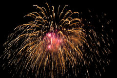 Fogos-de-artifício coloridos sobre o céu noturno Imagens de Stock