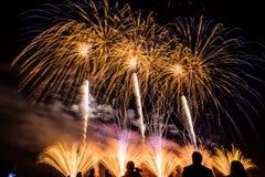 Fogos-de-artifício coloridos sobre o céu noturno Imagem de Stock