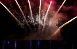 Fogos-de-artifício coloridos surpreendentes em um fundo do céu noturno Imagem de Stock