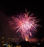 Fogos-de-artifício contra a skyline da cidade da noite Fotografia de Stock Royalty Free