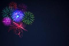 Fogos-de-artifício cor-de-rosa do verde azul do purpe sobre o céu noturno Imagem de Stock