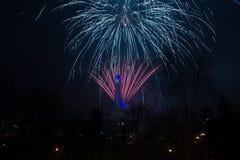 Fogos-de-artifício cor-de-rosa azuis em Ostrava - pulso de disparo da câmara municipal Imagem de Stock